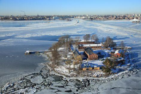 Lonnan itäpuolelta otettu ilmakuva talvisesta saaresta.