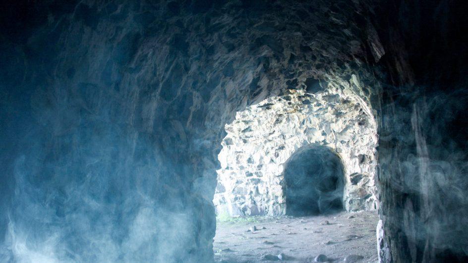 Tunneli harmaakivimuurissa
