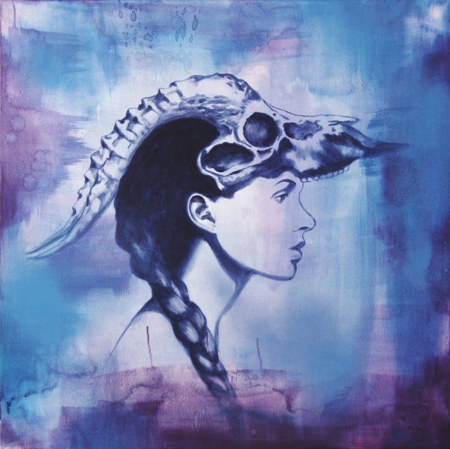 Maalaus, jossa naisen piirrosmainen naisen sivuprofiili ja abstarkti sinivioletti tausat