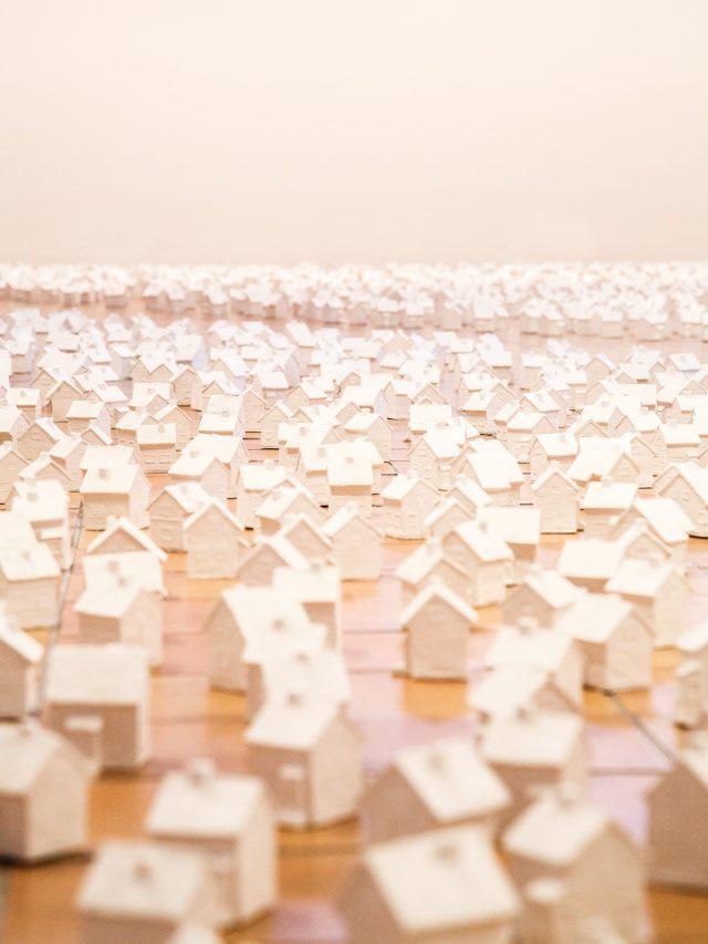 Kuva jossa paljon minikokoisia valkoisi taloja kuvattuna lattiatasosta