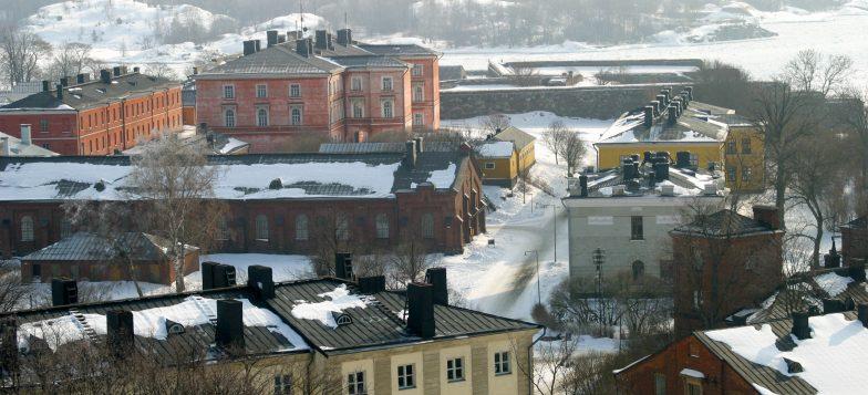 Suomenlinnan rakennuksia kuvattuna kirkontornista
