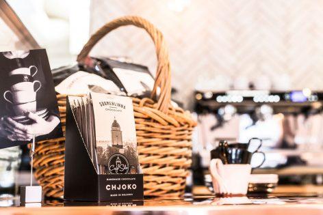 Cafe Silon Suomenlinnasuklaalevyjä ja kahvikuppeja kuvattuna kahvilan sisällä.