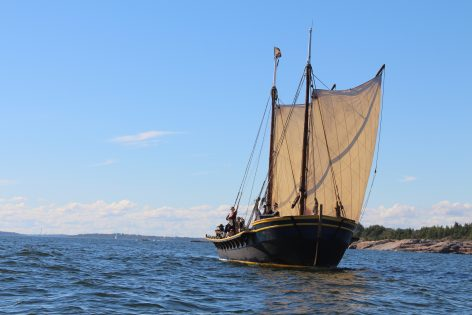 Tykkisluuppi Diana merellä aurinkoisena kesäpäivänä.