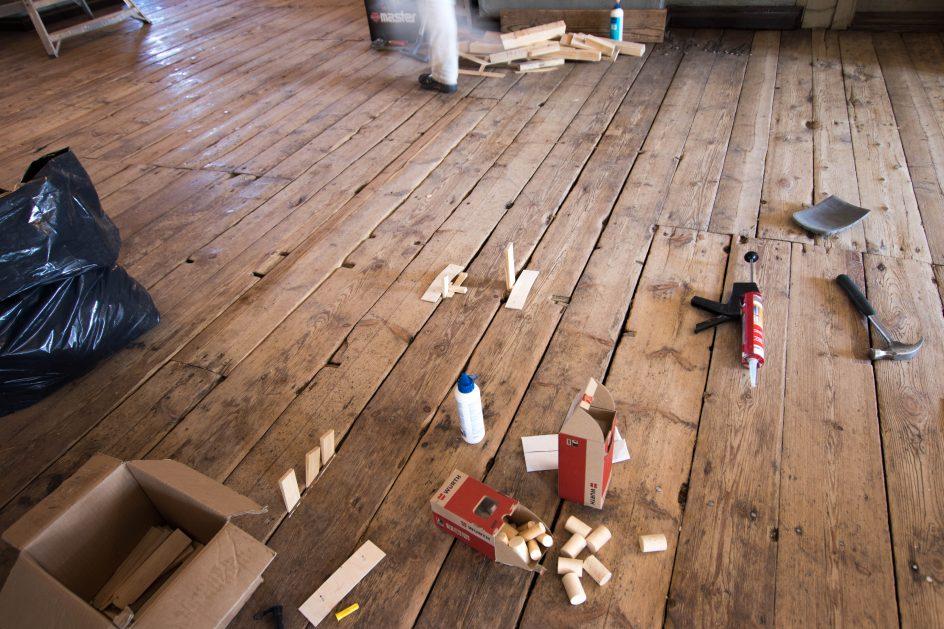Lankkujen pienemmät paikkaukset tehtiin lankkuja irroittamatta. Uudet paikat liimattiin paikalleen kiilaamalla palat.