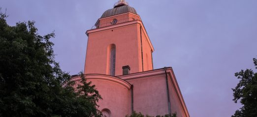 Kirkko alhaalta päin kesän ilta-auringossa.