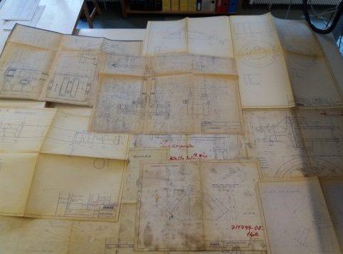 Vanhoja piirustuksia pöydällä.Liebherr-nosturin piirroksia, Valmet.