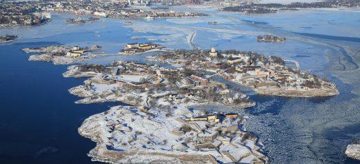 Ilmakuva Suomenlinnasta talvella.