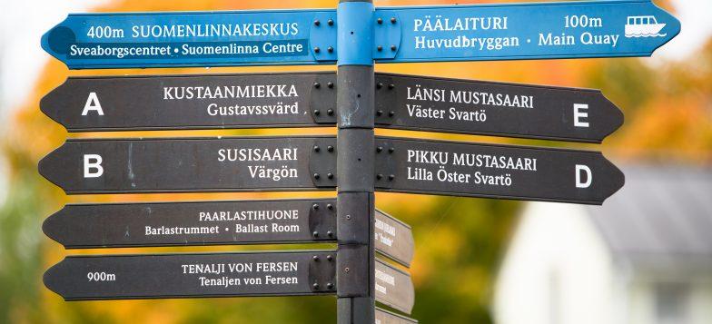 Suomenlinnan opaskyltti syksyisessä maisemassa