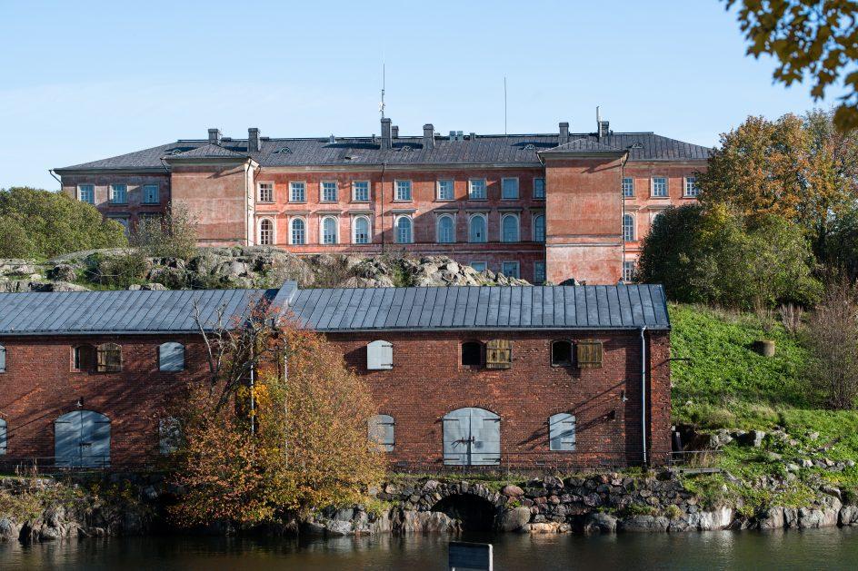 Kuvassa näkyy asuinrakennus vaasan kasarmi sekä Suomenlinna keskus