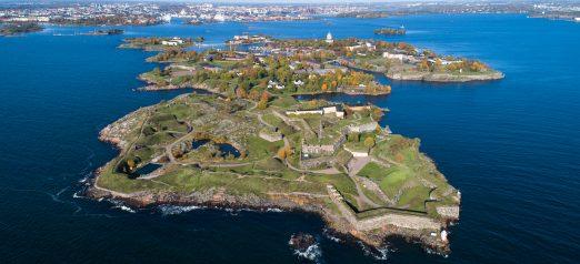 Ilmakuva Suomenlinnasta, Kuvassa näkyy Kustaanmiekka ja sininen meri.