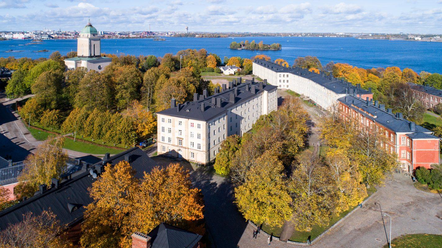 Suomenlinna kuvattuna ilmasta, jossa näkyy Iso-Mustasaari ja sininen meri.