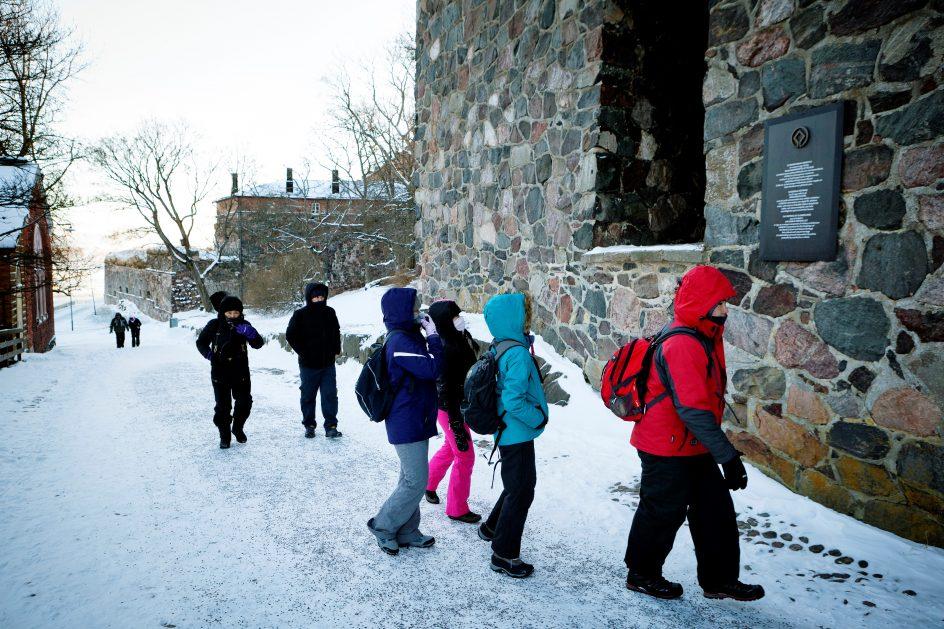 Kuvassa talvinen suomenlinna ja matkailijoita