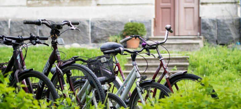 Pyöriä pyörätelineessä asuinrakennuksen edessä