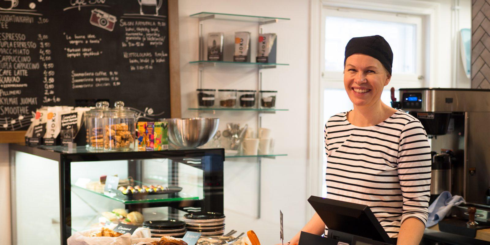 Kuvassa Cafe Silon henkilökuntaa joka hymyilee kameralle tiskin takana.