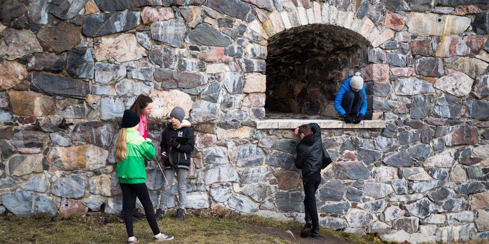 Luokkaretkeläisiä Suomenlinnassa keväällä.