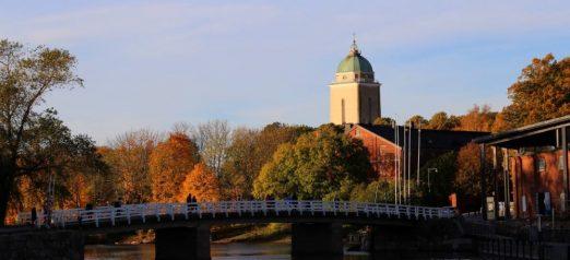 Suomenlinnan kirkko ja syksyinen maisema auringonpaisteessa.