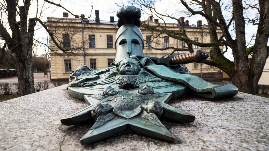 Kuvassa Ehrensvärdin hauta edestä päin kuvattuna