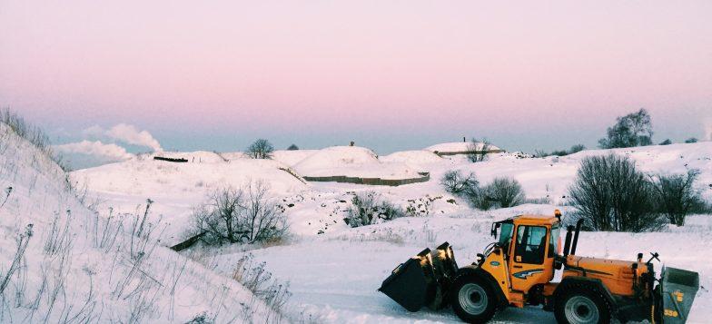 Kuvassa traktori talvisessa maisemassa kustaanmiekalla.