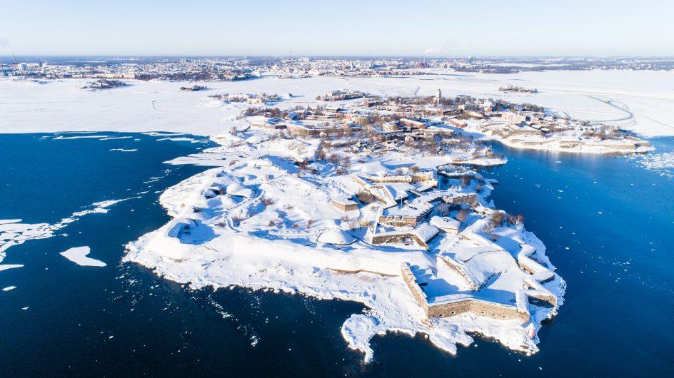 Suomenlinna talvella ilmasta kuvattuna.