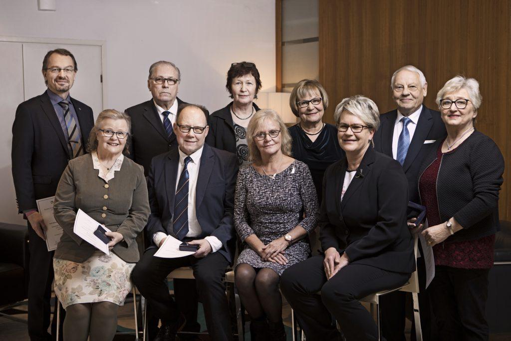 Kuvassa syöväntorjuntatyön ansiomitalien saajia vuodelta 2018.