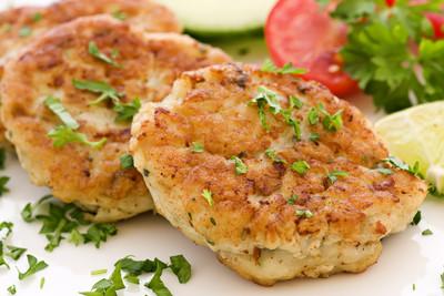 Fischfrikadelle mit Salat