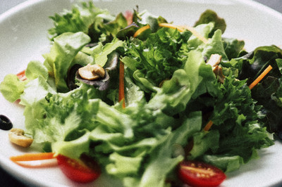 Salat mit gebratenen Pilzen und gefüllter Tomate