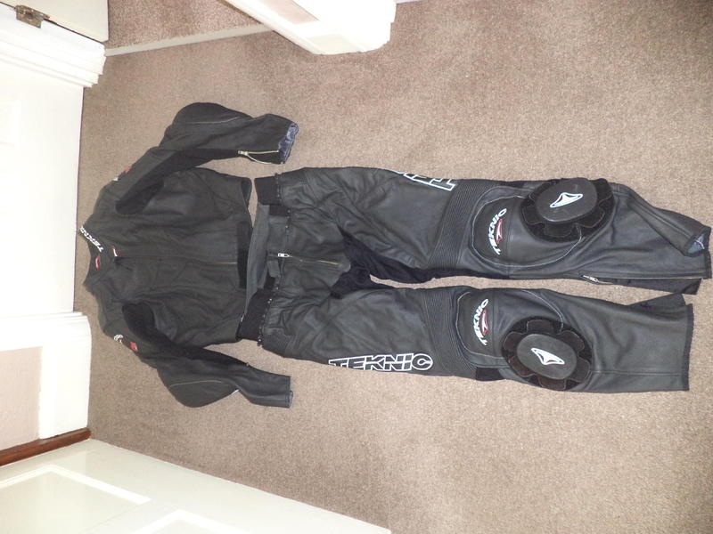 TEKNIC 2 PIECE LEATHER SUIT in Radstock - Expired | Friday-Ad