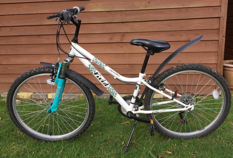 Girls Apollo Vivid 24 Wheel 6 Speed Bike Aquawhite In Swindon