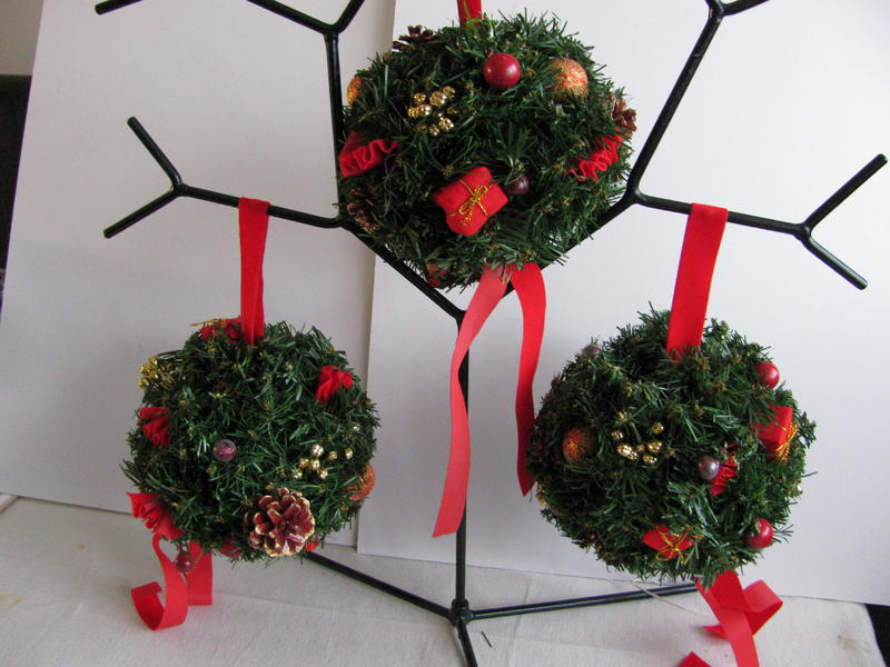 Christmas Kissing Balls x 8 - Decorated 8\