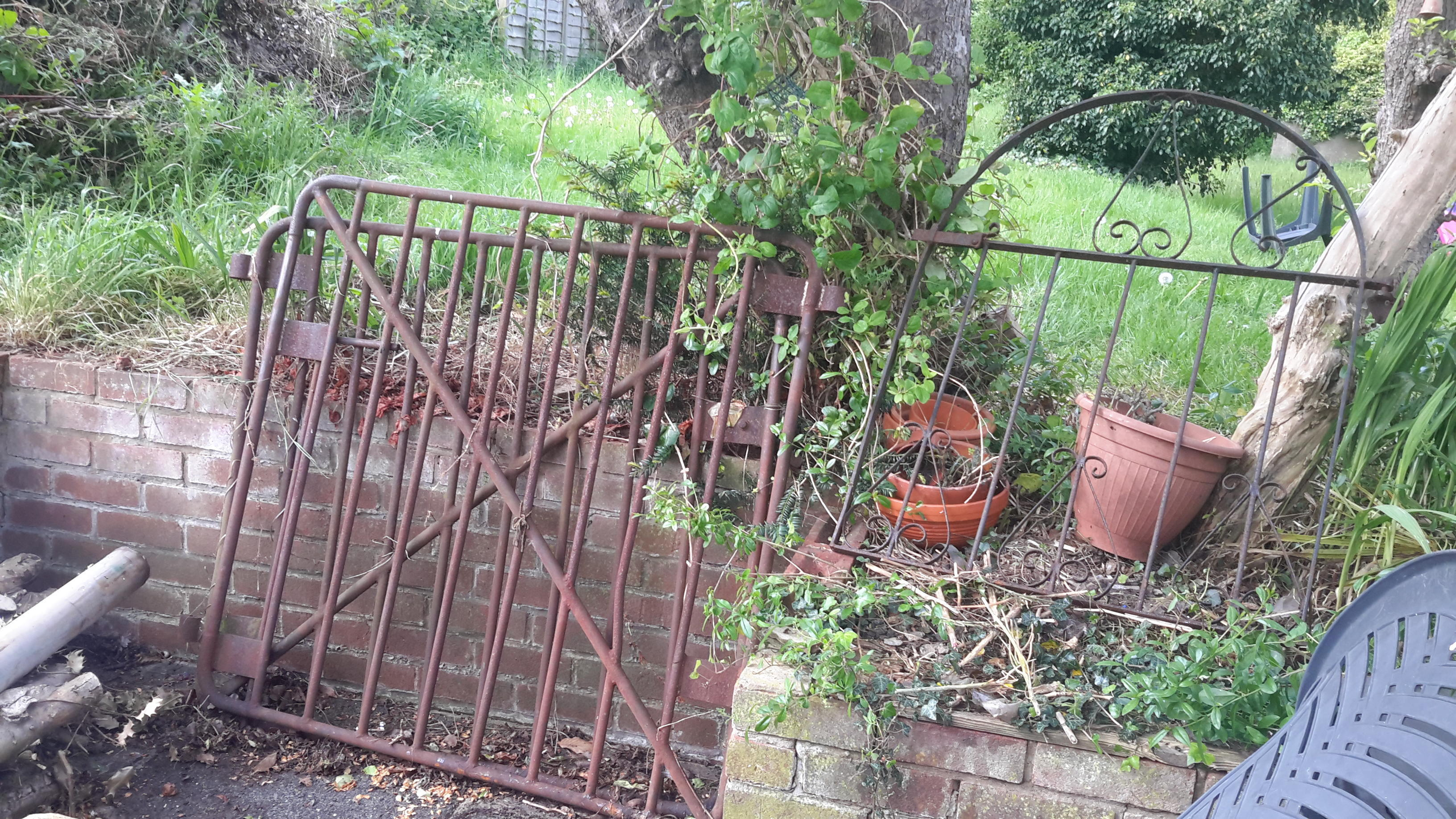 Rusty Iron Gates in London - Expired | Friday-Ad