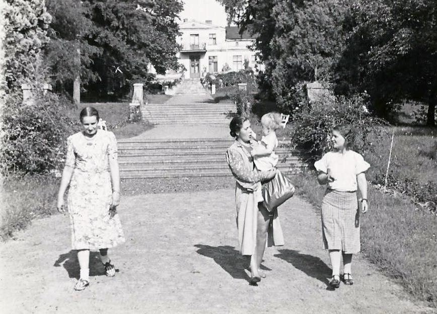 Zejście z Pałacu do jeziora.