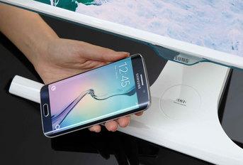 Monitor Samsunga z bezprzewodową ładowarką urządzeń mobilnych