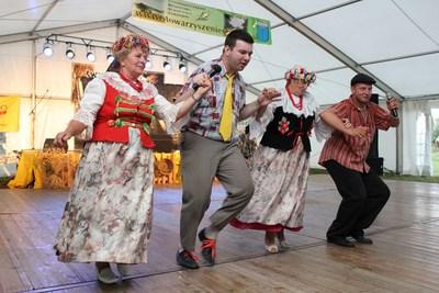 Kabaret Kafliki wraz z paniami z koła gospodyń wiejskich w tańcu do jednej z piosenek.