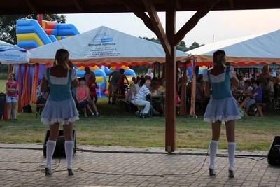 Claudia i Kasia Chwołka bawiły w niedzielę w Bzinicy Starej.