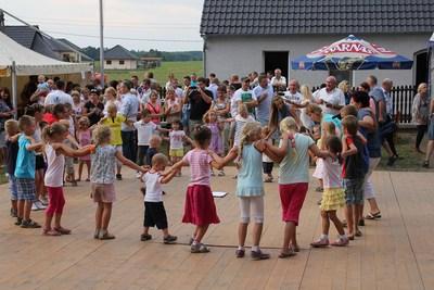 Pani sołtys podczas festynu pokazała,że umie świetnie zabawić najmłodszych uczestników imprezy.