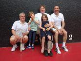 P. 6 et 7 les vainqueurs du tournoi avec taylor  entour%c3%a9 de son papa et de sa soeur