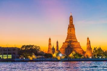 Wat arun temple at twilight in bangkok, thailand