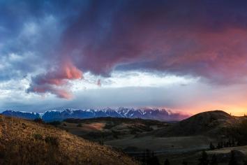 Altai, ukok plateau. beautiful sunset mountains