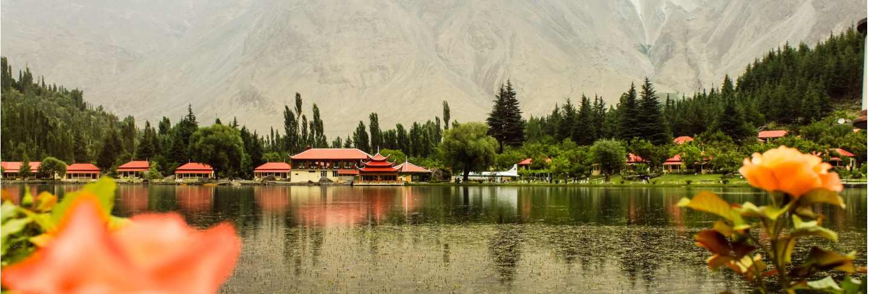 Shangrila resort with lake Premium Photo