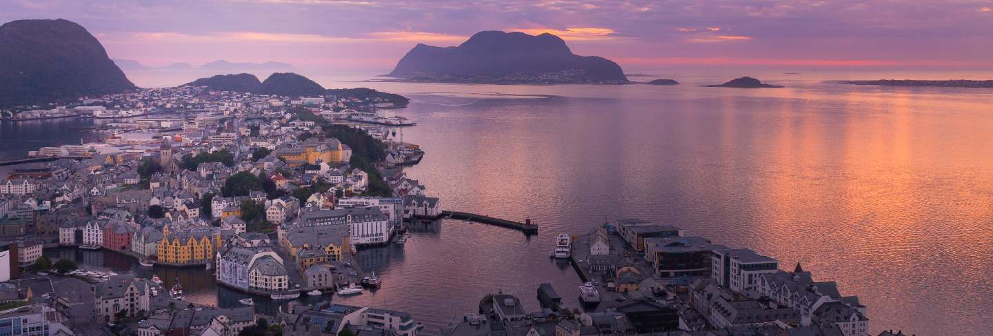Beautiful city of ålesund an its fiord in the møre og romsdal county, norway. it is part of the traditional district of sunnmøre and the centre of the ålesund region