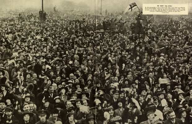 Armistice Day crowds assembled in front of Buckingham Palace at 11am on 11th November 1918