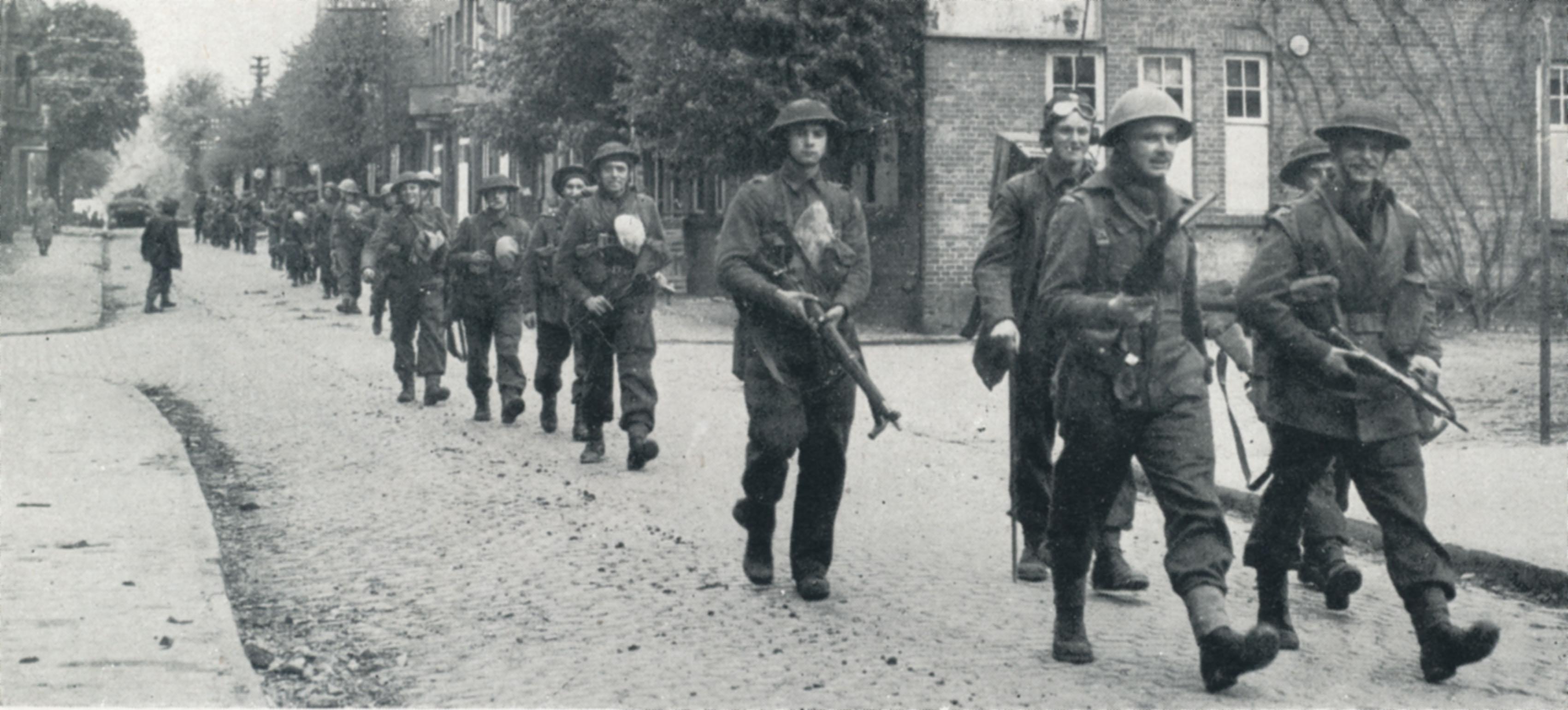 British_2nd_Army_soldiers_advance_Zeven.jpg
