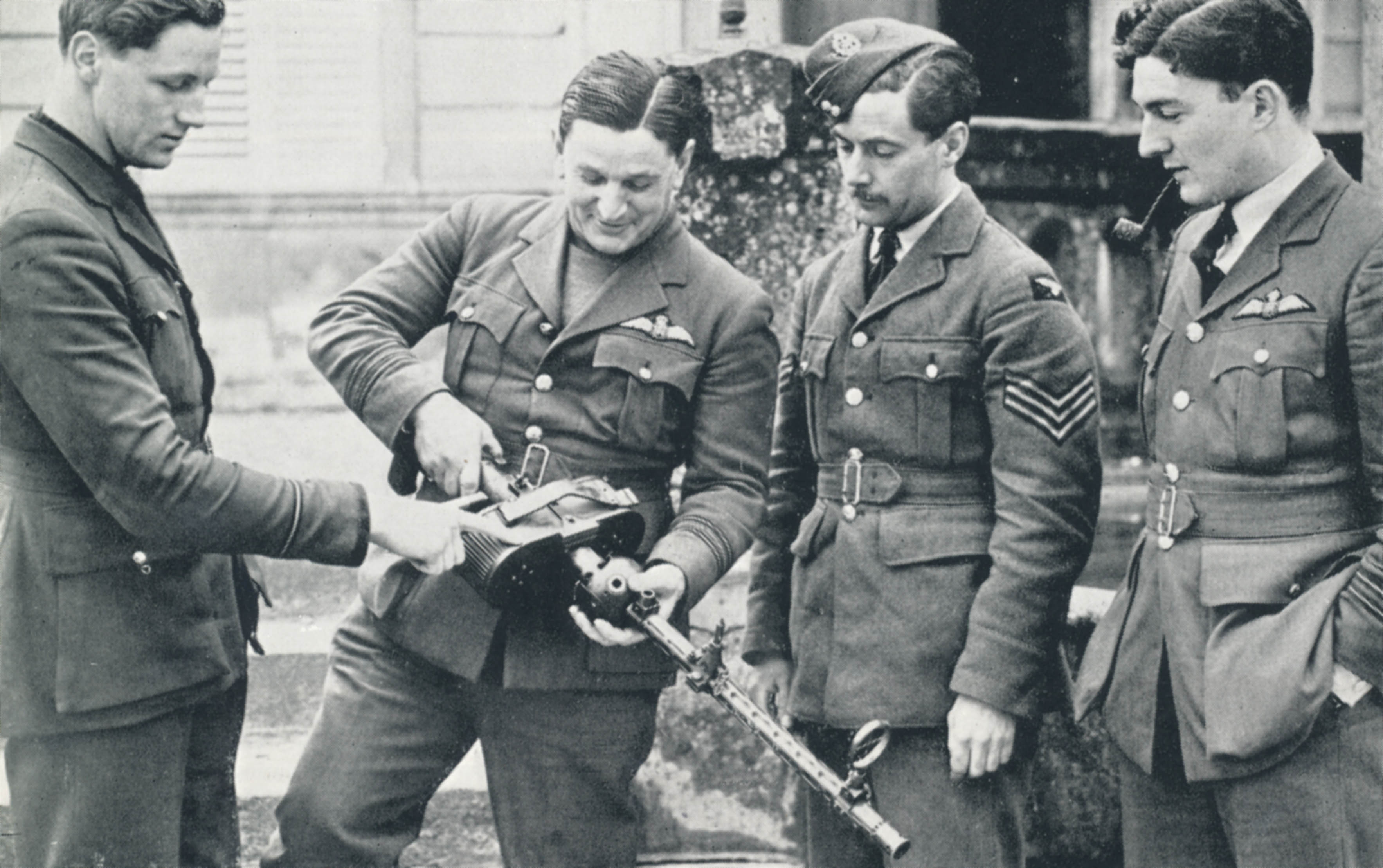RAF_pilots_examine_captured_German_aerial_machine_gun.jpg
