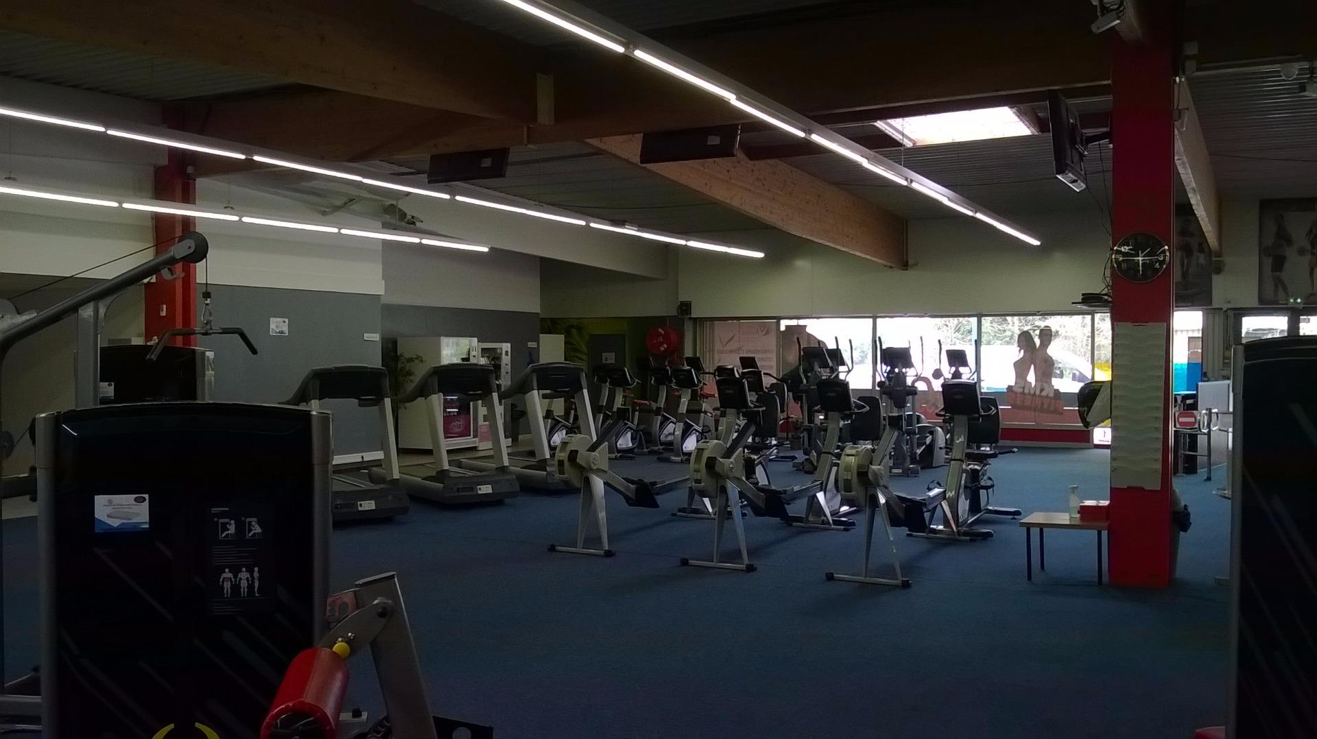 salle de sport orange bleue