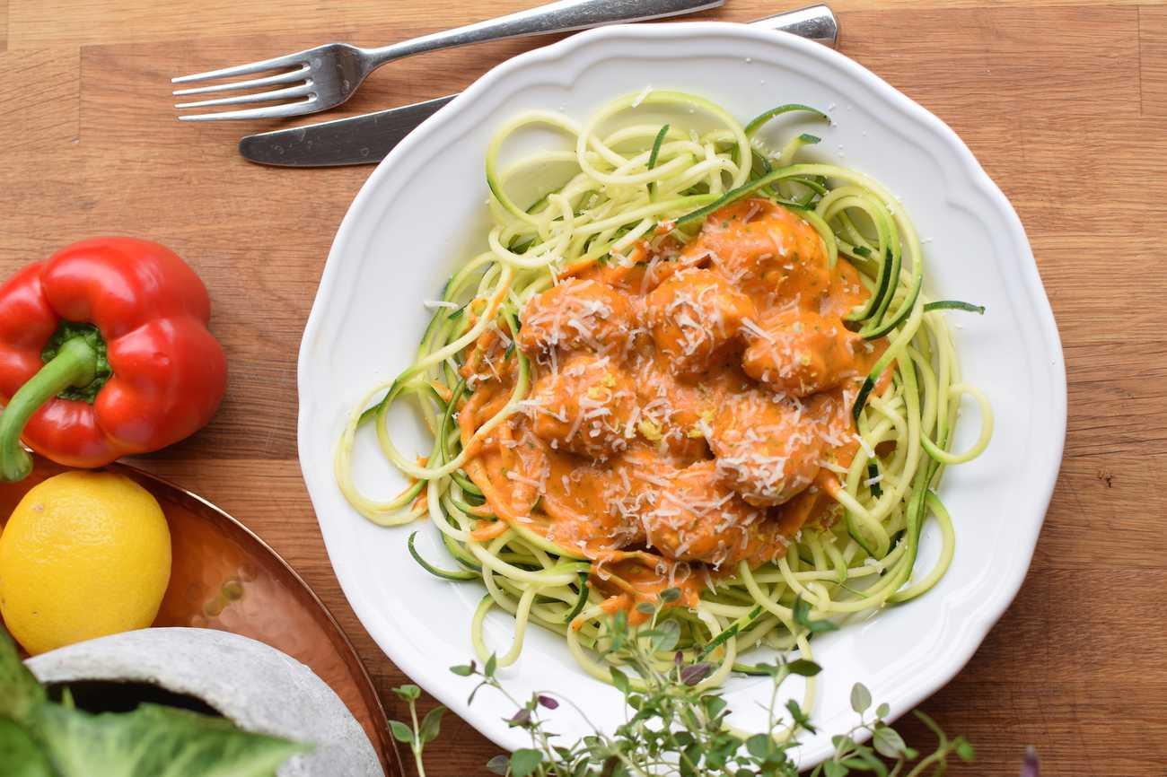 Krämig zucchinipasta med paprika och kycklingfrikadeller