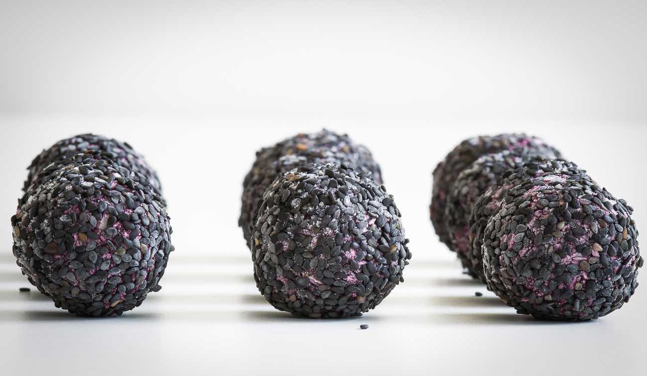 Raw Bliss Balls Med Blåbär, Kokos Och Macadamianötter