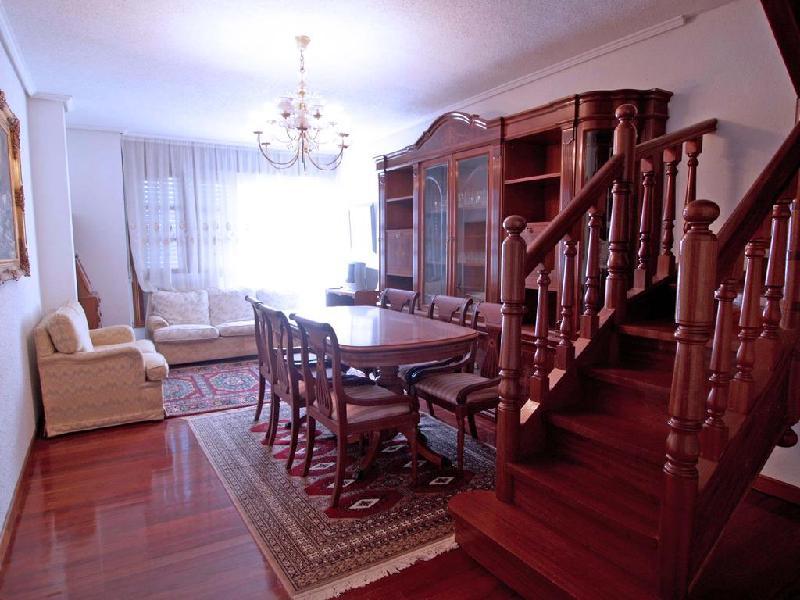 salon con escalera de subida al ático