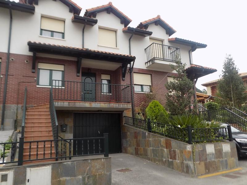 Chalet adosado en venta en Barros  de 3 Habitaciones, 2 Baños y 170 m2 por 198.000 €.