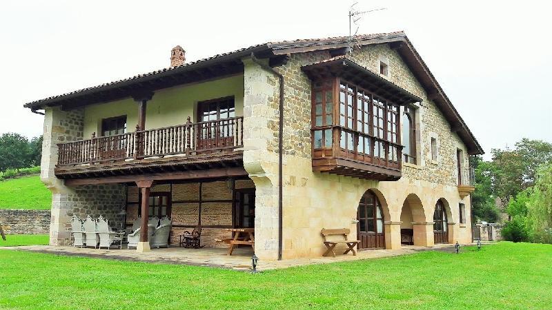 Chalet independiente en venta en Santibáñez  de 5 Habitaciones, 5 Baños y 456 m2 por 790.000 €.
