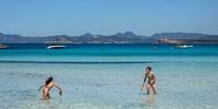 Formentera - Dos mujeres juegan a las palas en una playa de la isla